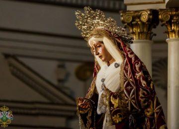 La Esperanza viste el manto de la Greñua