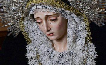 MARÍA VISTE DE LUTO. Encarnación