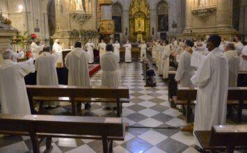 Los sacerdotes granadinos renuevan sus promesas en el Sagrario-Catedral