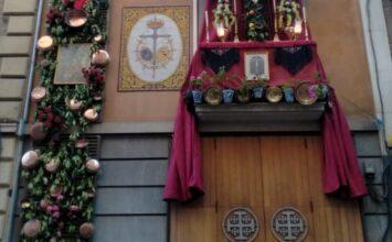 Cruz en la fachada de la casa de hermandad de San Agustín