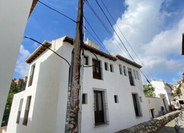 El Víacrucis recoge firmas para soterrar cables en San Juan de los Reyes